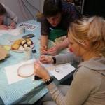 Larissa Beentjes bezig met ontwerpen schilderij