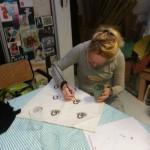 Larissa Beentjes bezig met schilderen